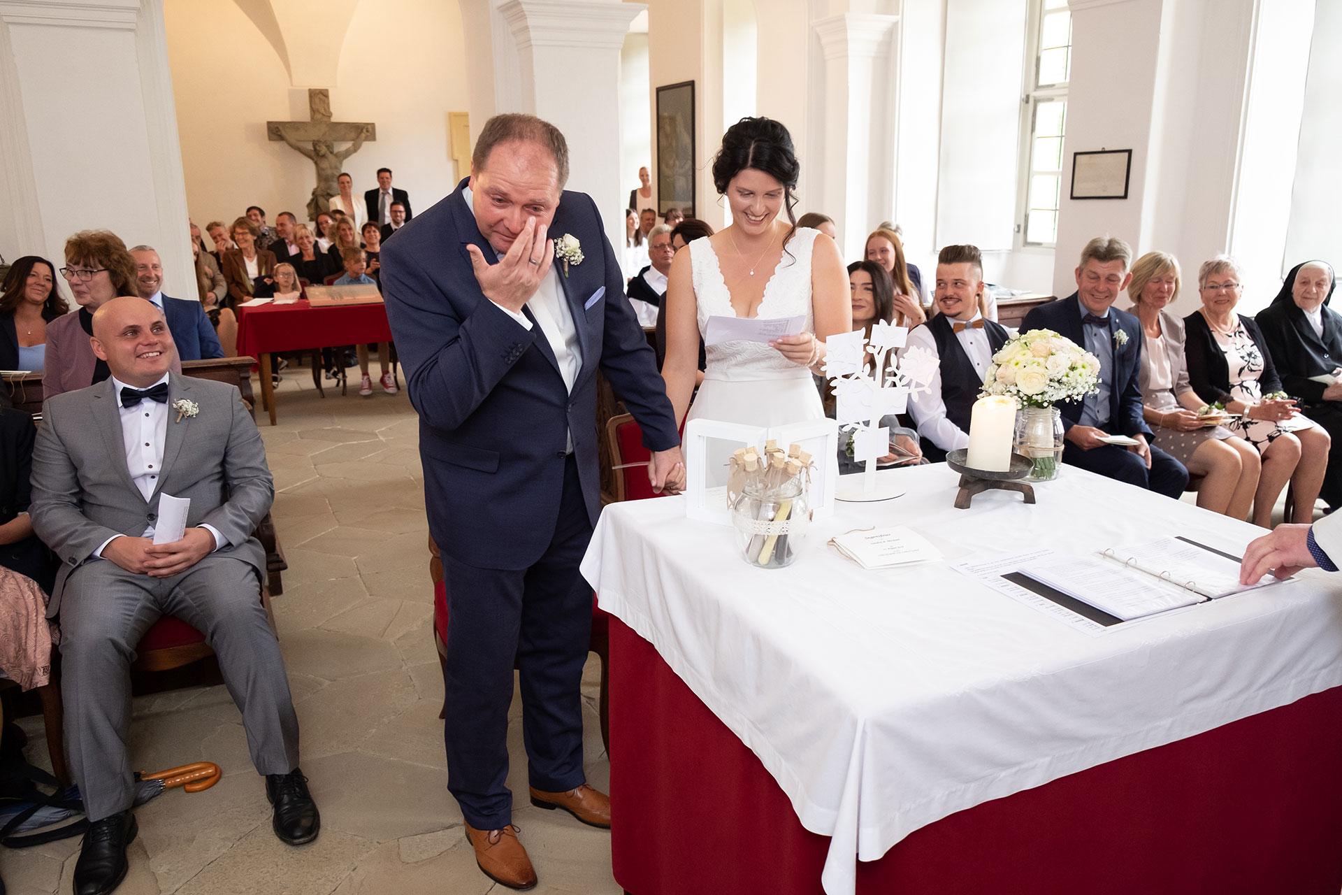 weinender Bräutigam vor dem Altar