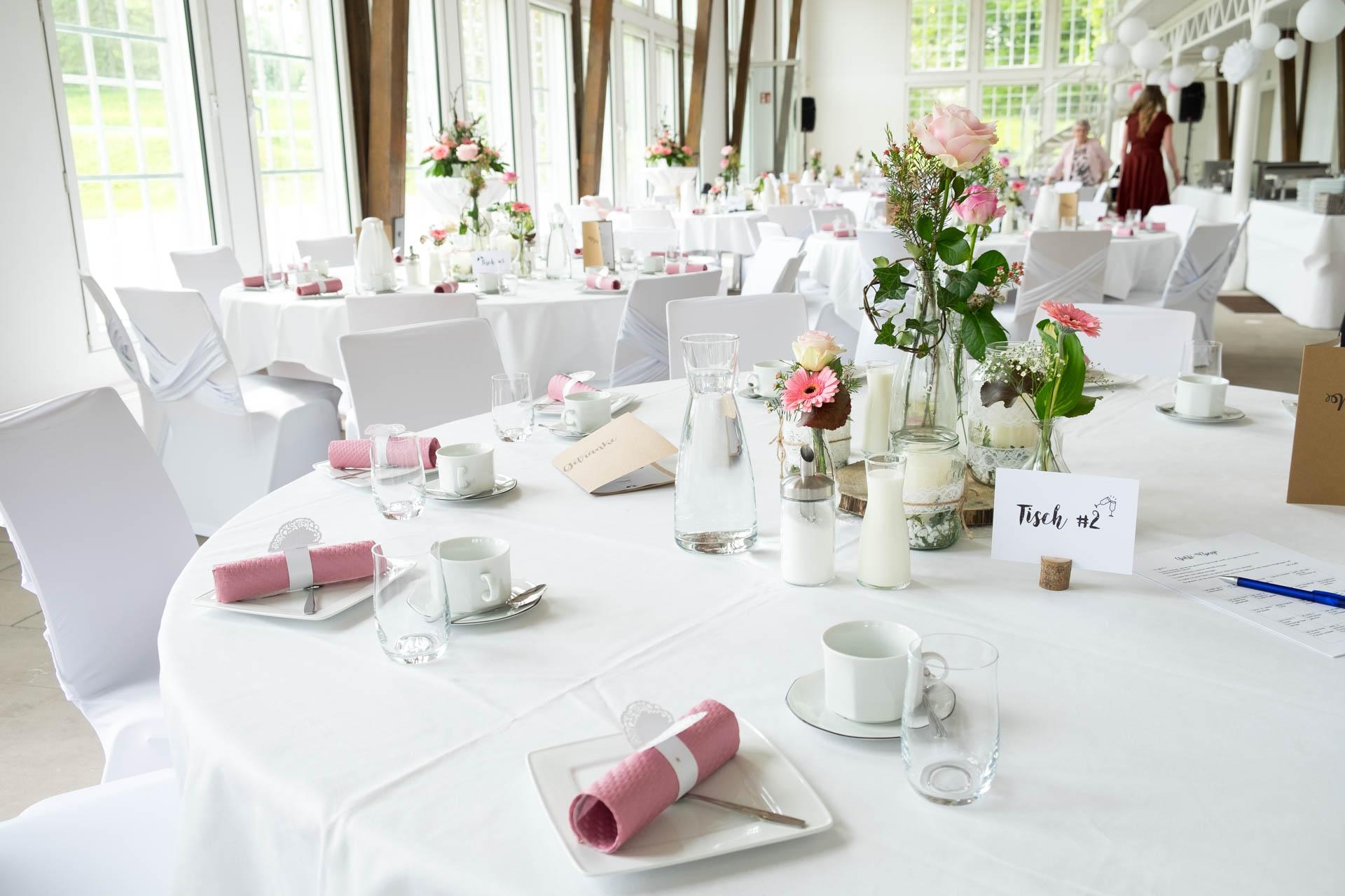Tische dekorieren bei der Hochzeit