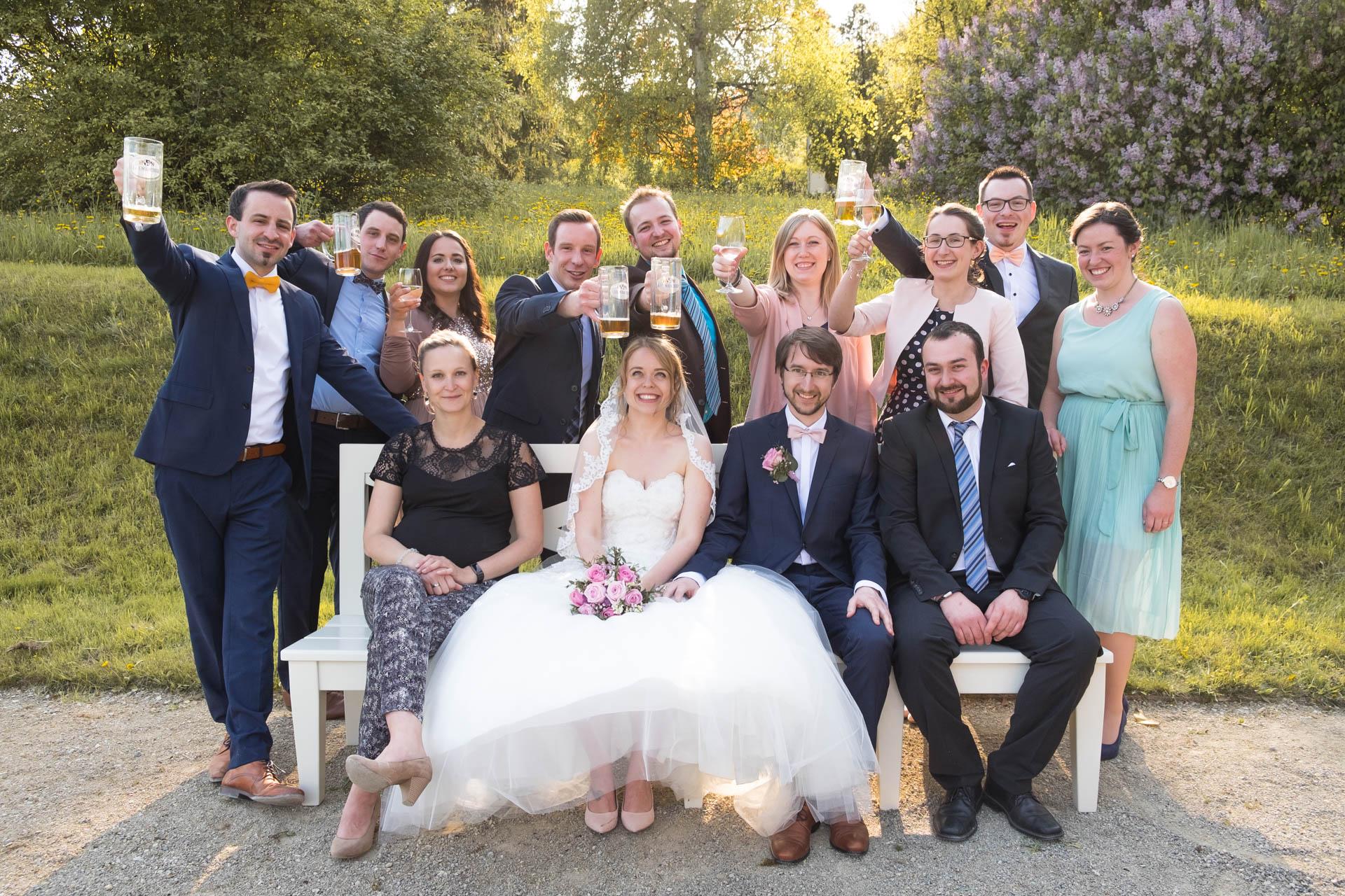 Das Brautpaar mit Freunden